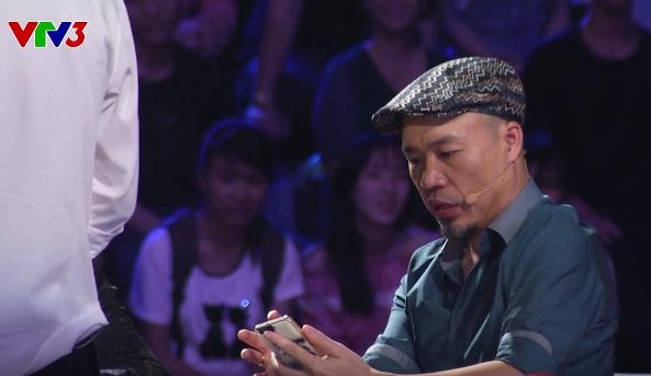 Huy Tuấn giật mình khi nhìn bức ảnh Trấn Thành trong điện thoại của thí sinh.