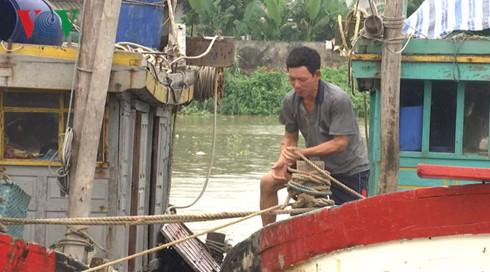 Người dân Thanh Hóa chằng chống tàu thuyền. (Ảnh: VOV)
