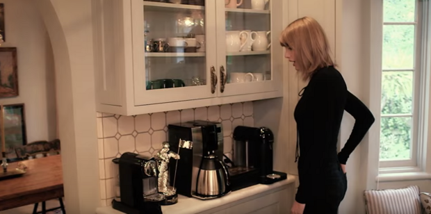 Góc bếp cũng rất gọn gàng với những chiếc máy pha cà phê và làm đồ uống.