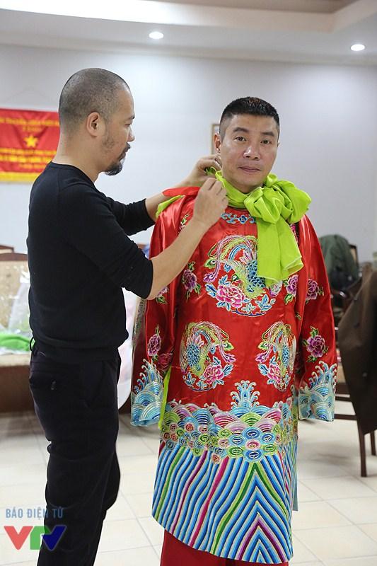 NTK Đức Hùng đang giúp NSƯT mặc trang phục.