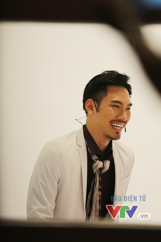 Mặc dù gặp nhiều câu hỏi khó nhưng Lý Quí Khánh vẫn rất vui vẻ. Nụ cười thường xuyên xuất hiện trên gương mặt của NTK này.