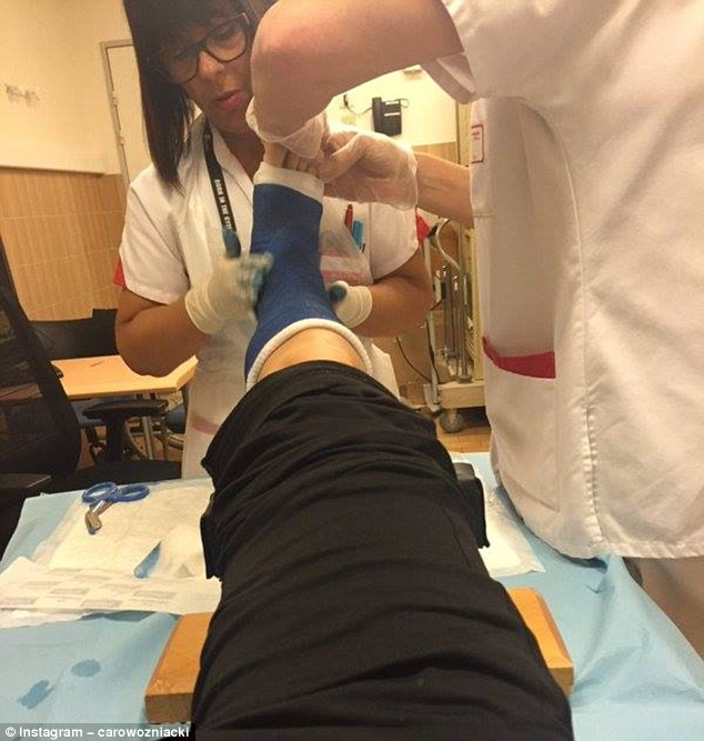 Wozniacki chia sẻ ảnh cô được các bác sĩ kiểm tra chấn thương ở chân phải.