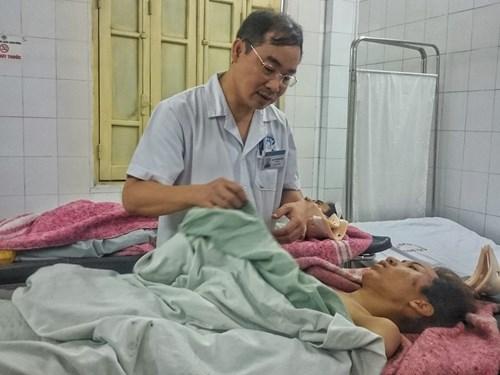 BS. Nguyễn Đình Hưng - Giám đốc Bệnh viện Xanh - Pôn đang trực tiếp kiểm tra tình hình sức khoẻ nạn nhân..