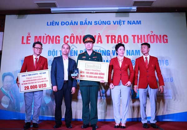 Hoàng Xuân Vinh nhận thưởng từ Công ty cổ phần đầu tư thể thao