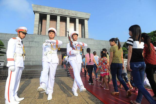 Lăng Chủ tịch Hồ Chí Minh mở cửa 5 ngày một tuần, vào các buổi sáng thứ Ba, thứ Tư, thứ Năm, thứ Bảy và Chủ nhật. Mùa nóng (từ 1/4 đến 31/10): Từ 7h30 đến 10h30; mùa lạnh (từ 1/11 đến 31/3 năm sau): Từ 8h00 đến 11h00; ngày lễ, thứ Bảy, Chủ nhật mở cửa thêm 30 phút. Hàng năm lăng đóng cửa để làm nhiệm vụ tu bổ định kỳ vào 2 tháng: 10 và 11. Ngày 19/5, 2/9 và Mồng 1 Tết Nguyên đán nếu trùng vào Thứ Hai hoặc Thứ Sáu, vẫn tổ chức lễ viếng Chủ tịch Hồ Chí Minh.