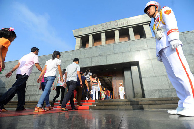 Ngày ngày dòng người vào Lăng viếng Hồ chủ tịch vẫn nối dài, đặc biệt vào những dịp 19/5 kỷ niệm ngày sinh của Người và Quốc khánh 2/9 có ngày hơn 32.000 lượt đồng bào và khách quốc tế đến viếng.