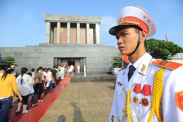 """Tôi rất vinh dự khi là một người chiến sỹ đứng gác Lăng. Qua những ca gác tôi thấy được tình cảm lớn lao của đồng bào và bạn bè quốc tế dành cho Chủ tịch Hồ Chí Minh và tôi càng thấy được niềm vinh dự của bản thân """" - anh Nguyễn Duy Cương, đội cảnh vệ, trung đoàn 275 nói."""