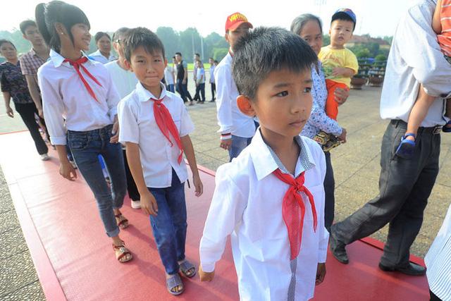 Các em học sinh đến viếng Chủ tịch Hồ Chí Minh với một niềm vui, niềm tự hào to lớn. Được đến viếng Người còn là phần thưởng cho những em học sinh có thành tích học tập và rèn luyện tốt trong năm học vừa qua.