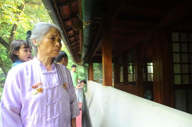 Bà Vũ Thị Quèu quê Hải Phòng đã 66 tuổi, đây là lần thứ tư đến thăm Lăng Chủ tịch Hồ Chí Minh nhưng với bà cảm giác vẫn y như lần đầu. Bà kể đã thức suốt đêm vì sợ ngủ quên sẽ lỡ mất chuyến đi.
