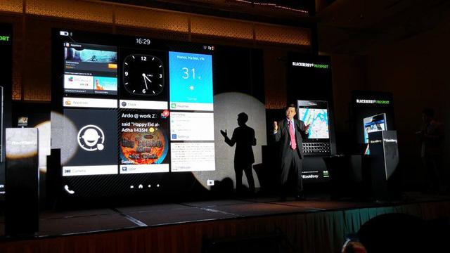 Đại diện của BlackBerry giới thiệu giao diện của sản phẩm