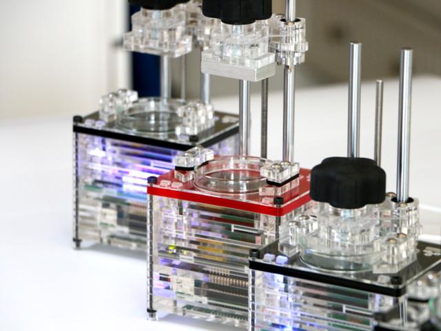 Chiếc máy in có dạng hình hộp với kích thước chỉ bằng 1/10 kích thước của những chiếc máy in 3D hiện nay