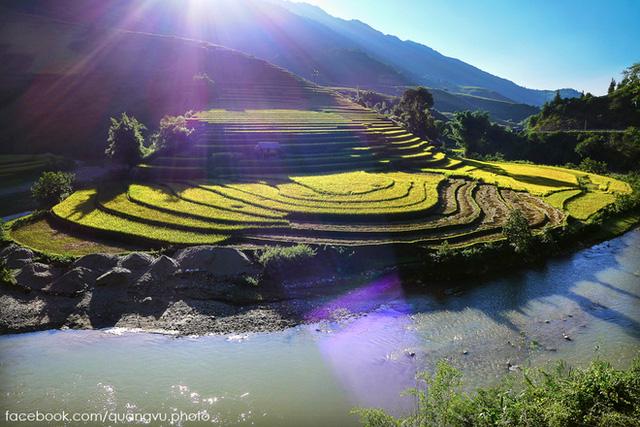 Mù Cang Chải là một huyện miền Tây tỉnh Yên Bái, nằm cách Hà Nội khoảng 280km. Muốn đến được huyện, du khách có thể lựa chọn xe khách hoặc các phương tiện cá nhân (ô tô, xe máy) và đi qua đèo Khau Phạ - một trong tứ đại đèo của Tây Bắc.