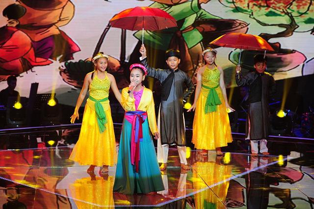 Bé Trần Kayon Thiên Nhâm mở màn với ca khúc Quê hương ba miềncủa nhạc sĩ Thanh Sơn. Cô bé mặc áo tứ thân, vấn tóc đuôi gà, khoe vẻ duyên dáng và giọng hát dân ca ngọt ngào.