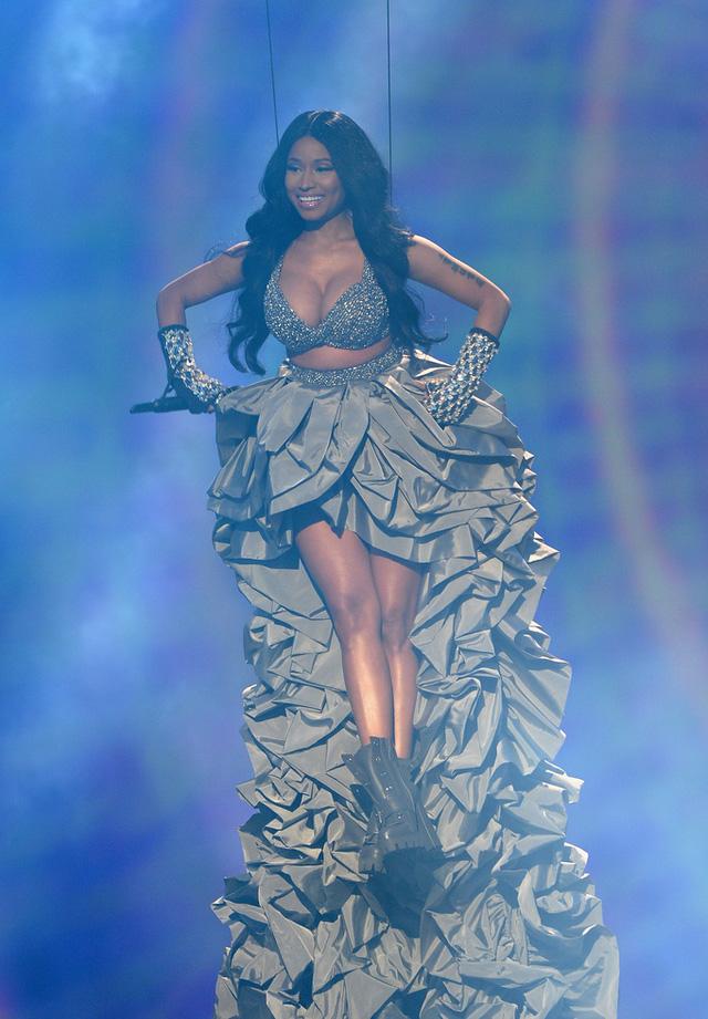 Không chịu thua kém người nữ ca sĩ Problem, Nicki Minaj cũng lượn lờ trên không