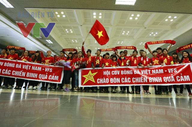 Từ sớm, rất đông CĐV đã có mặt ở sân bay quốc tế Nội Bài chờ đón ĐT Việt Nam.