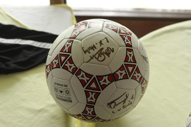 Trái bóng có chữ ký của các cầu thủ U19 Việt Nam.