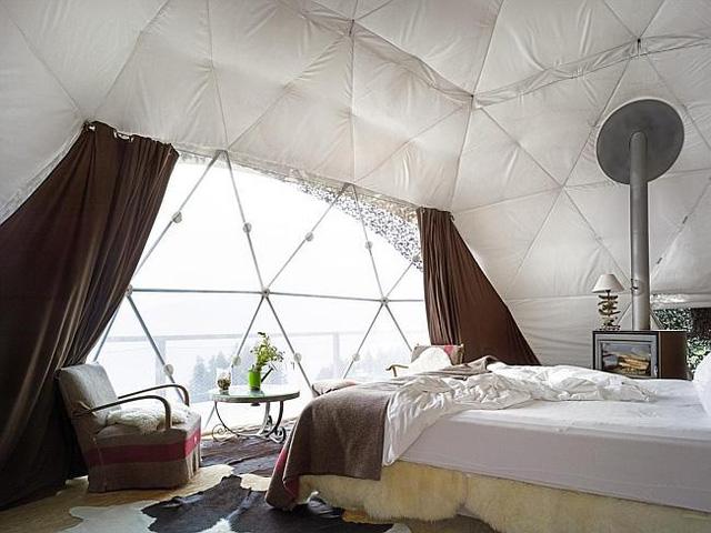 Phòng khách sạn Whitepod, Swiss Alps (Thụy Sĩ) là kiểu túp lều cấu trúc mái vòm độc đáo. Đối với phòng ngủ mọi chi tiết nội thất đều mang lại cảm nhận tinh tế và sang trọng.