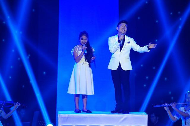 Ca sĩ Quang Linh và bé Thiện Nhân hòa giọng trong ca khúc Đèn khuya do nhạc sĩ Lam Phương sáng tác.
