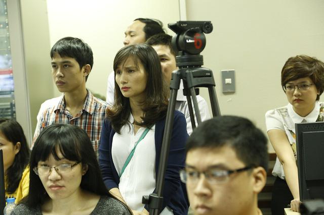 Bà Lê Bình - Giám đốc Trung tâm Tin tức VTV24 (đứng giữa) không giấu được sự lo lắng trước giờ chương trình lên sóng