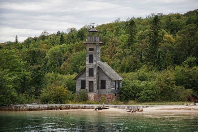 Ngọn hải đăng trong căn nhà gỗ ở Mỹ soi mình xuống hồ nước trong xanh