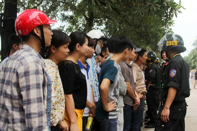 Đến  12 giờ trưa 12/9, lượng người xếp hàng vẫn đông đúc.