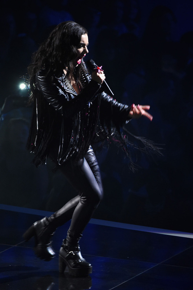 Nữ ca sĩ Charlie XCX nổi loạn trên sân khấu