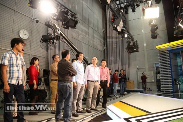 Nhà báo Phan Ngọc Tiến (áo trắng, giữa), Trưởng ban Sản xuất các chương trình Thể thao rà soát công tác chuẩn bị trước giờ ghi hình