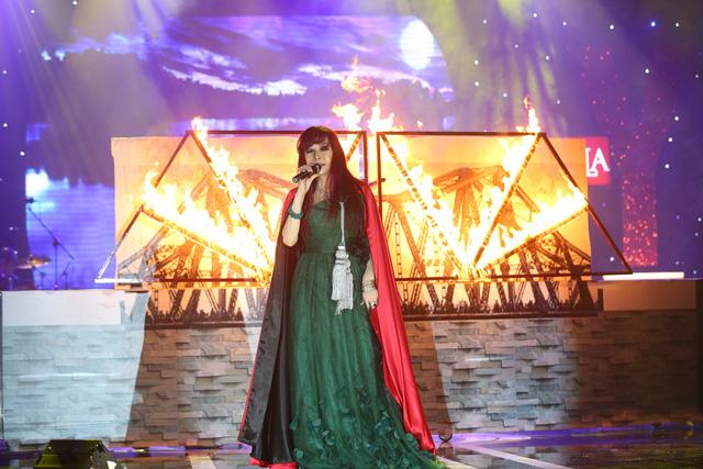 """Trong cái nóng rừng rực của những ngọn lửa được đốt ngay trên sân khấu, nữ ca sĩ đã có màn trình diễn thật """"bốc lửa"""" với Trả nợ tình xa"""