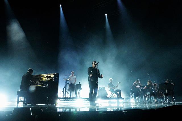 U2 mạnh mẽ và lôi cuốn trong ca khúc Every Breaking Way