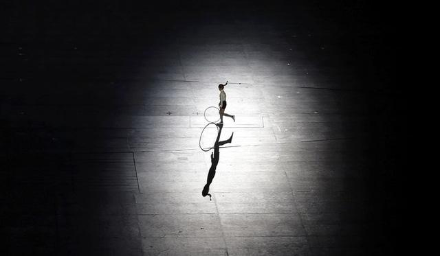 Mở đầu màn biểu diễn nghệ thuật của nước chủ nhà là VĐV thể dục được yêu thích nhất Hàn Quốc - Kim Min với chiếc vòng quen thuộc.