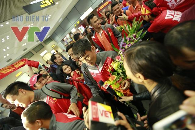 Đám đông ồ lên vui mừng khi thấy Công Vinh.