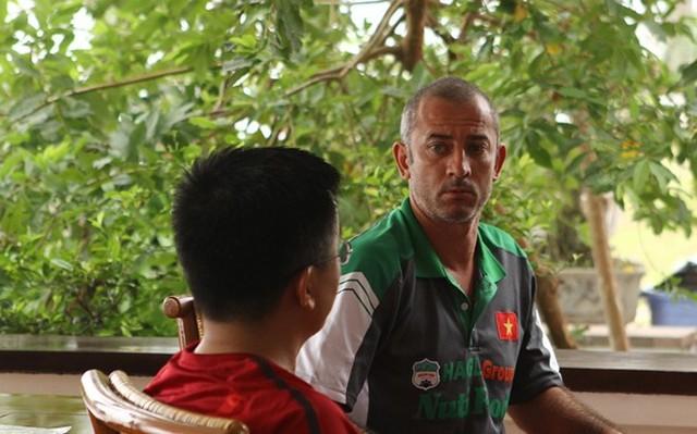 HLV Graechen tranh thủ trao đổi một số vấn đề của U19 Việt Nam cùng cộng sự.