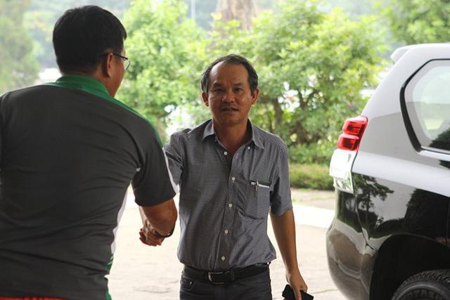 Trưởng đoàn Dương Vũ Lâm ra đón bầu Đức ở sảnh khách sạn.
