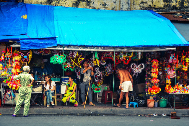 Tại TP HCM, những sắc màu sặc sỡ cũng bắt đầu điểm xuyết trên từng con phố.
