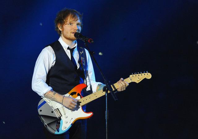 Nam ca sĩ Ed Sheeran trình bày ca khúc Thinking Out Loud