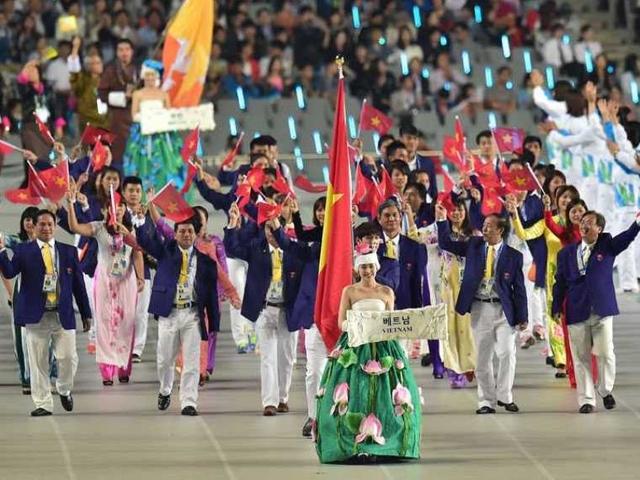 Tiếp đến là màn diễu hành của 45 đoàn đại diện cho 45 quốc gia và vùng lãnh thổ tham dự ASIAD 17 - Incheon 2014. Người có vinh dự cầm cờ cho Đoàn Thể thao Việt Nam là hot boy làng bơi - Hoàng Quý Phước.