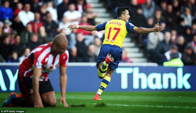 Sunderland chưa thể đứng lên sau vấp ngã trong ngày Alexis Sanchez chơi quá bùng nổ.