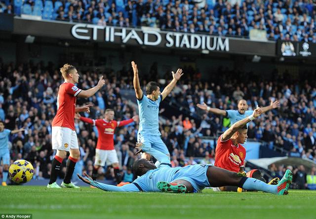 Man Utd đã tương đối may mắn khi trọng tài vô tình nhiều lần bỏ qua cho họ những pha truy cản trái phép trong vòng cấm.
