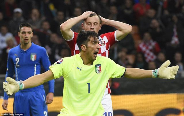 Gianluigi Buffon phạm sai lầm khiến Italy đánh rơi chiến thắng