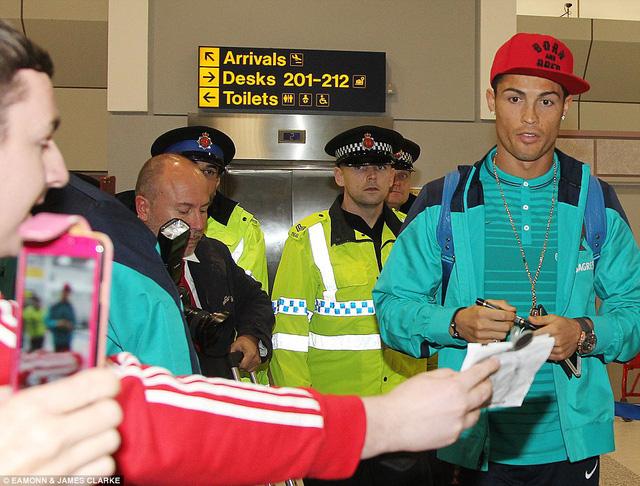 Ronaldo nhanh chóng bị báo chí bủa vây ngay khi đặt chân xuống sân bay thành phố Manchester.