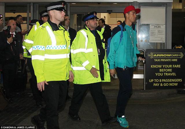 Ngay sau đó, siêu sao người BĐN rời đi trong sự bảo vệ của các nhân viên an ninh sân bay.
