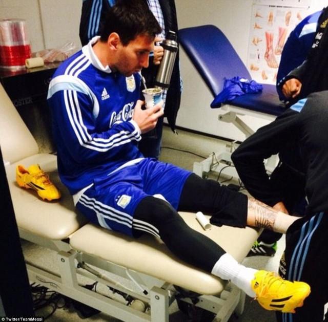 Messi cần tới sự chăm sóc của các nhân viên y tế sau buổi tập.