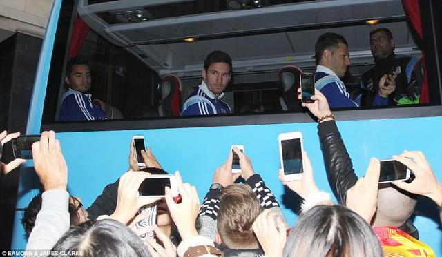 Messi cũng nhận được sự chào đón không thua kém C.Ronaldo.