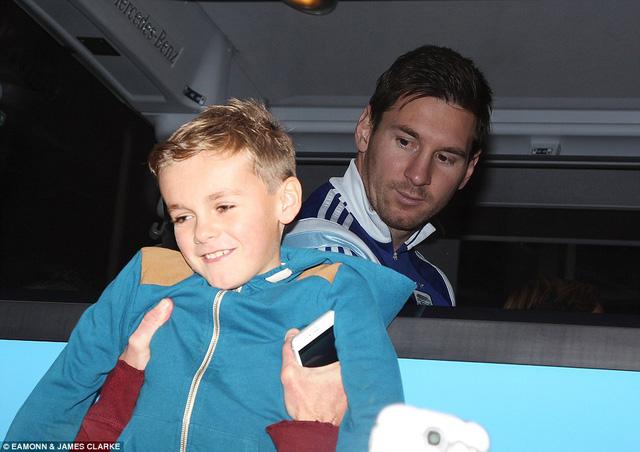 Cho báo chí và người hâm mộ chụp hình tuy nhiên Messi hiếm khi cười.