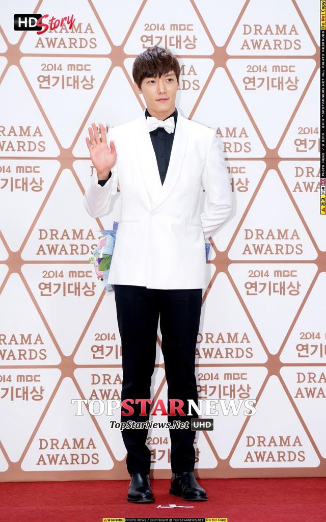 Nam diễn viên Oh Jin Hyuk mặc áo vest và thắt nơ trắng