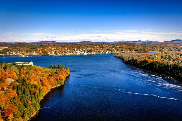 Từ làng mạc cho đến đồi núi, từ thành thị cho đến nông thôn, khắp nơi New England đều phủ một màu vàng rực rỡ và sắc trời thì trong xanh đến ngỡ ngàng