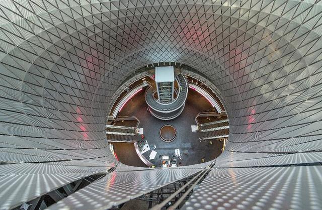Fulton là trung tâm tàu điện ngầm lớn nhất New York (Mỹ), có kiến trúc độc đáo của một mái hình nón kết hợp giữa thép và kính với cấu trúc như mắt kép của sâu bọ.