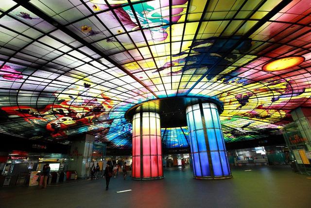 Nhà ga Formosa Boulevard(Cao Hùng, Đài Loan) có thiết kế độc đáo như một chiếc kính vạn hoa và được mệnh danh là công trình nghệ thuật bằng kính lớn nhất thế giới.
