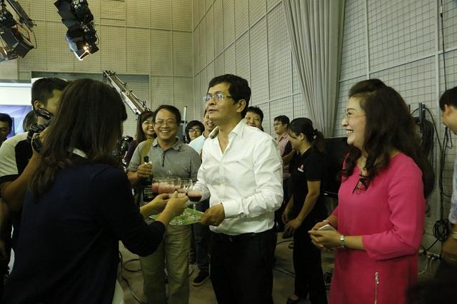 Ông Trần Bình Minh - Tổng Giám đốc Đài THVN chúc mừng ê-kíp thực hiện chương trình