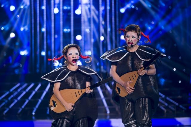 Ca sĩ Minh Thuận và bé Anh Duy với tạo hình ngộ nghĩnh như những chú cá mặt ngu, diễn lại tiết mục hài hước gắn liền với tên tuổi của MC Đại Nghĩa